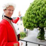 Gernot Fritsch begrüßt als Mozart im Mozarthaus die Gäste