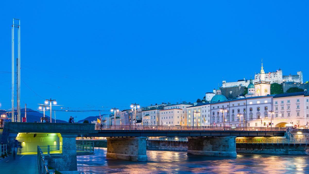 Die Staatsbrücke bei Nacht