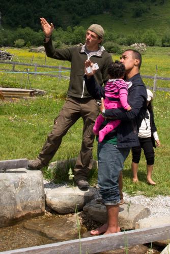 Wildpark-Ranger Wolfgang erklärt bei der Abenteuerfahrt ins Käfertal die umliegenden Gipfel.