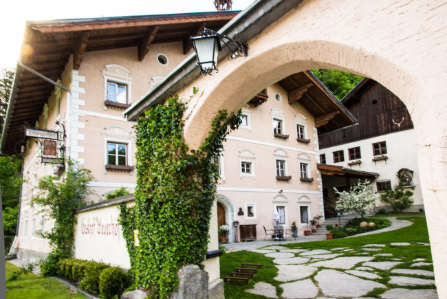 Die alten Gemaeuer des Weyerhofs in der Smaragdgemeinde Bramberg.