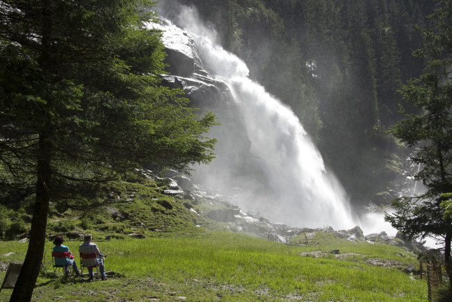 Die Krimmler Wasserfälle - eine beliebte Touristenattraktion und nachweislich heilsam für Astmathiker. Sanft schlängelt sich die Krimmler Ache durch das Hochtal. c Claus Muhr/Satel Film 2012