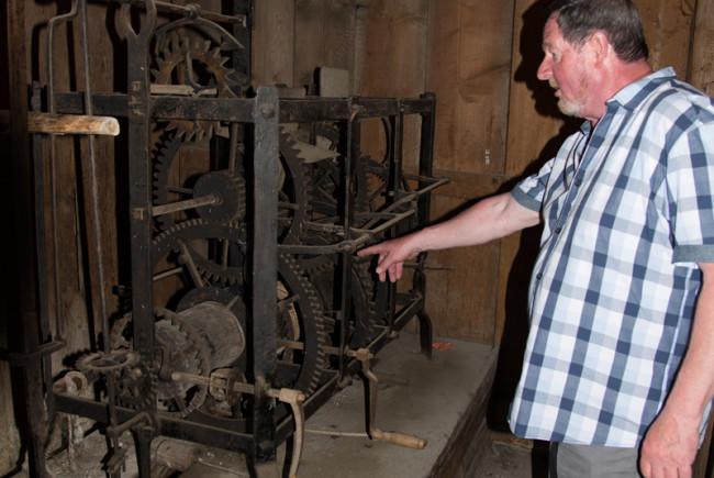 Mesner Karl Granegger zeigt das alte Läutwerk der Rauriser Kirche