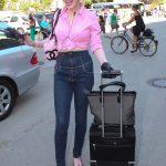 Sunnyi Melles im 50er Stil natürlich in Rosa