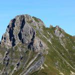 Ein schmaler Pfad führt hinauf zum Gipfel