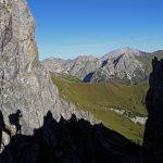 An einer schmalen Rinne sieht man das erste mal hinüber über den Grat zu den Gipfeln der Radstädter Tauern