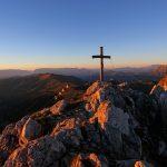 Das späte Sonnenlicht taucht den Gipfel in kräftiges Rot-Orange