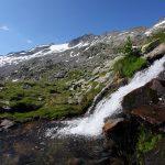 Tosend laut stürzt der Bergbach herab