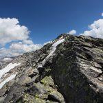 Nur noch wenige Meter über freies Gelände hinauf zum Gipfel