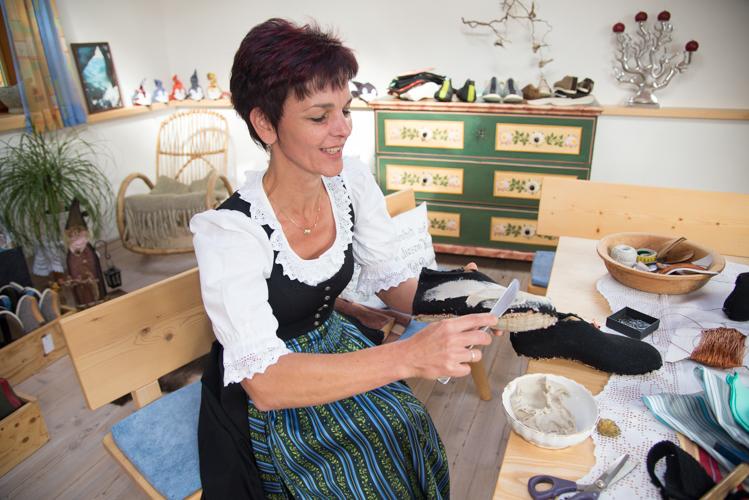 Wie bei einem Butterbrot wird die Mischung aus Roggenmehl und Wasser auf den Schuh geschmiert.