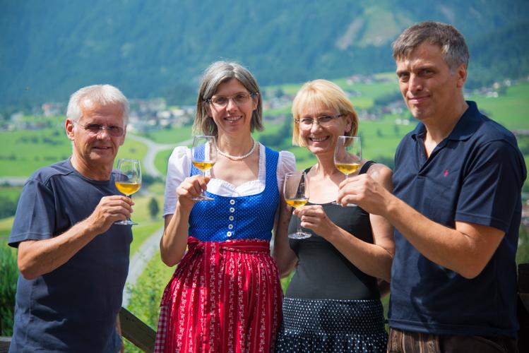 Siegfried Probst vom Imkerverein Oberpinzgau mit Annelies Klausner und Birgit und Hannes Krahbichler.