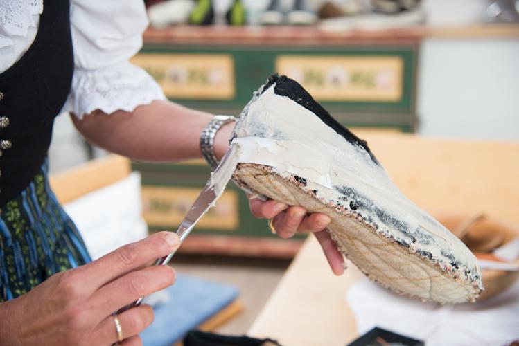 Der Karton verstärkt die Ferse und wird ebenfalls mit Kleber überstrichen.
