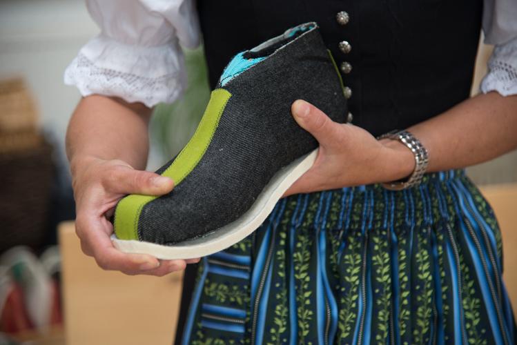 Die dicke Filzsohle wird  am Rand mit Klebstoff festgeklebt - die Mitte bleibt frei damit der Fuß atmen kann.