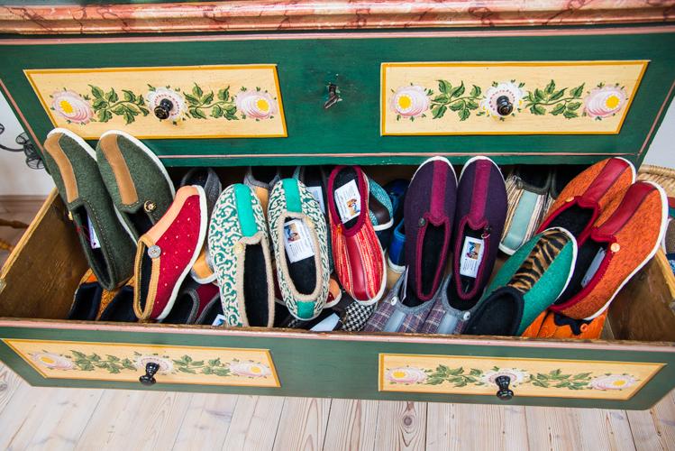 Eine kleine Auswahl der farbenfrohen Doggln lagert im alten Bauernkasten.