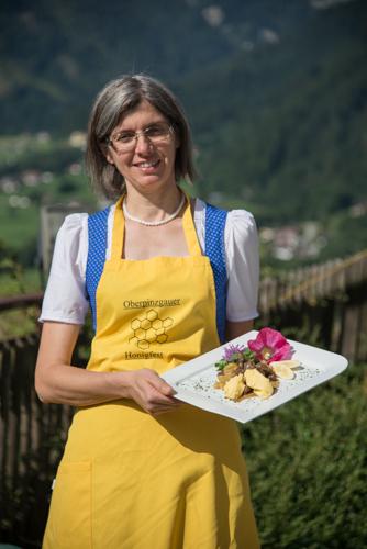 Annelies Klausner serviert die Imkerleber