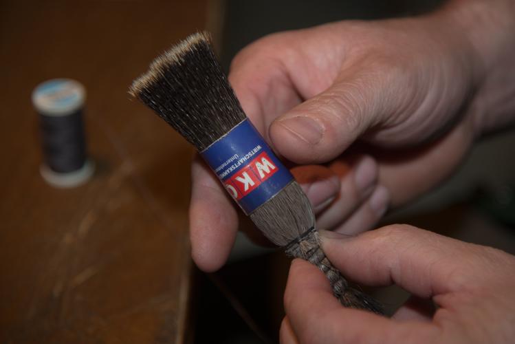 Ein Papierring fixiert während des Bindens die Haare.