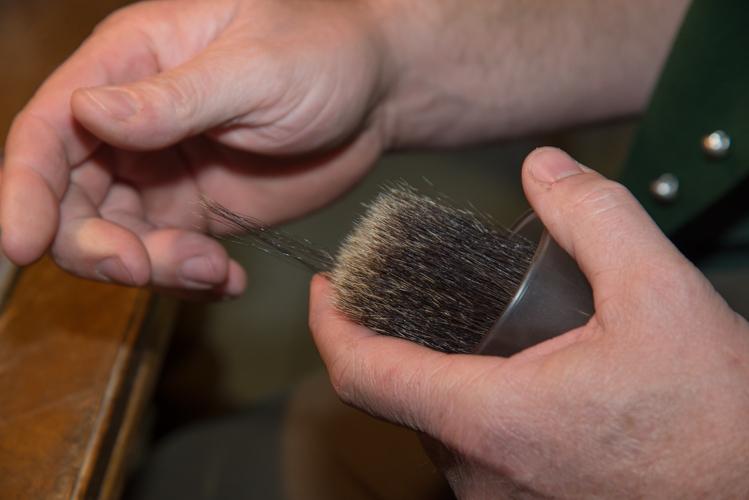 Gekonnt zupft Hans Wimmer die Haar nach Länge heraus.