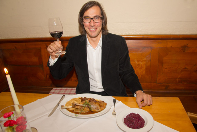 Johannes Schwaninger lässt sich das Gansl schmecken.