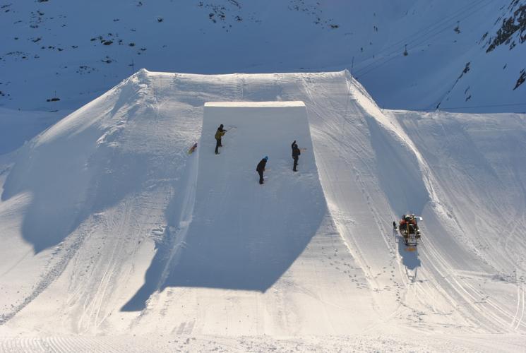 Ein letzter Feinschliff - Fertig ist der Snowpark.