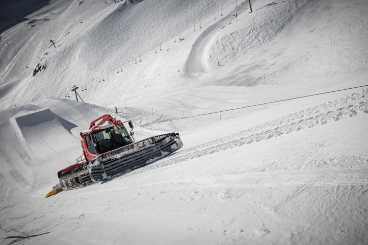 Tägliches Präparieren des Snowparks mit der Windenmaschine.