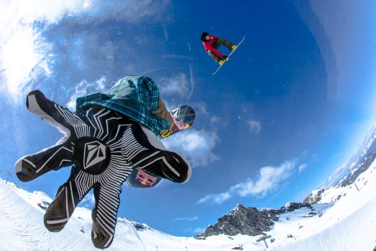 Airtime! Nur perfekt geshapte Obstacles verhelfen den Freeskiern und Boardern zur optimalen Airtime. Doch was passiert hinter den Kulissen, damit Boarder und Skier ihren topgeshapten Playground vorfinden?