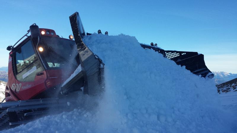 Tonnenweise Schneebewegung - so wächst Kicker für Kicker aus dem Plateau.