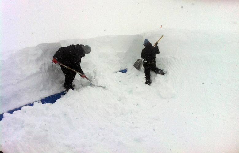 Neuschnee kann aber auch schon mal bedeuten, dass die Shaper erst die Obstacles sondieren und ausgraben müssen.