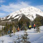 Schneeschuhwandern in Filzmoos mit Hintergrund Rötelstein und Torstein (Foto: Coen Weesjes, Filzmoos Aktiv)