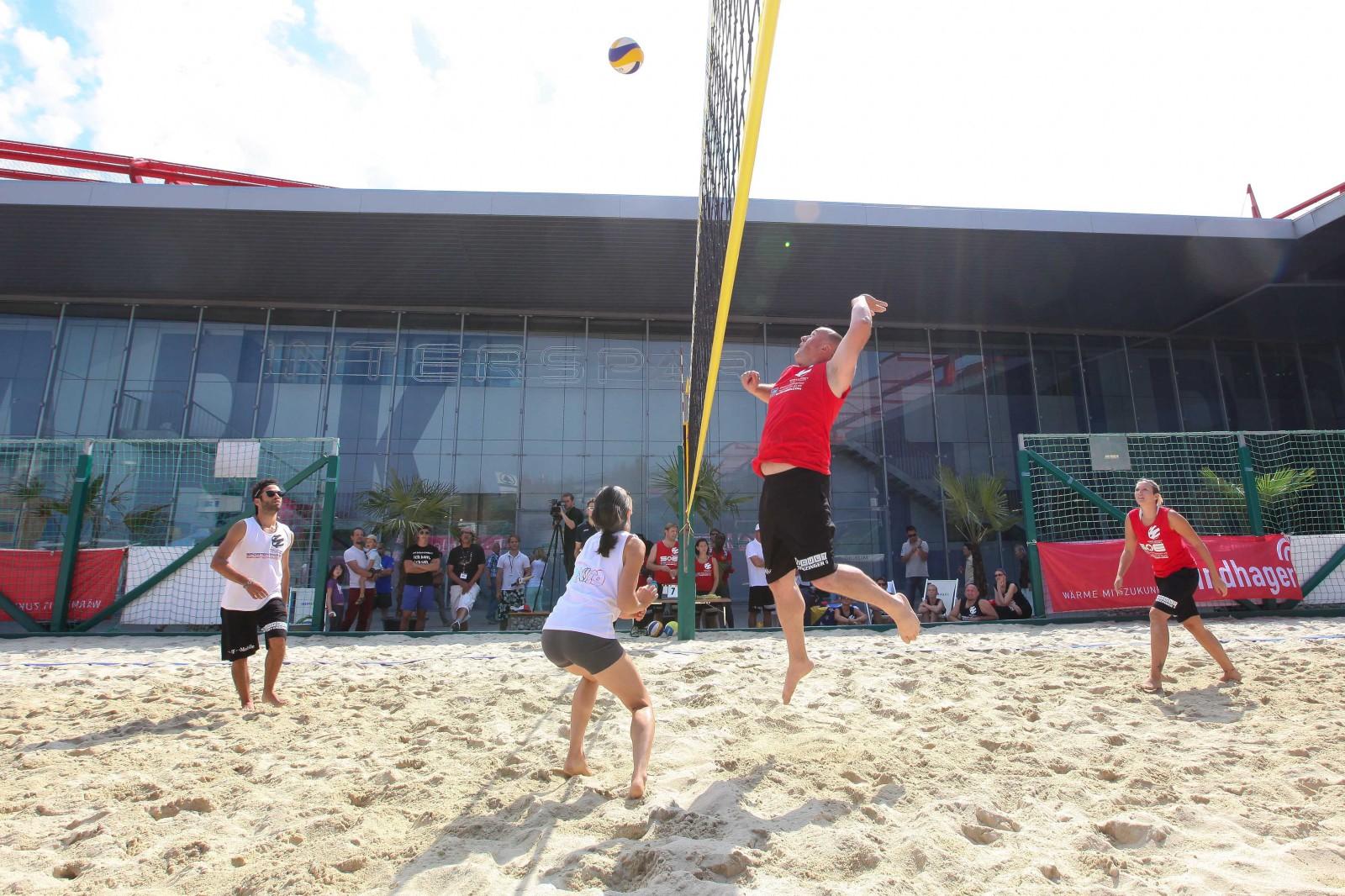 Ein Highlight im Sommer: Der Beachvolleyballplatz