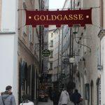 Die Goldgasse vom Residenzplatz aus betrachtet.