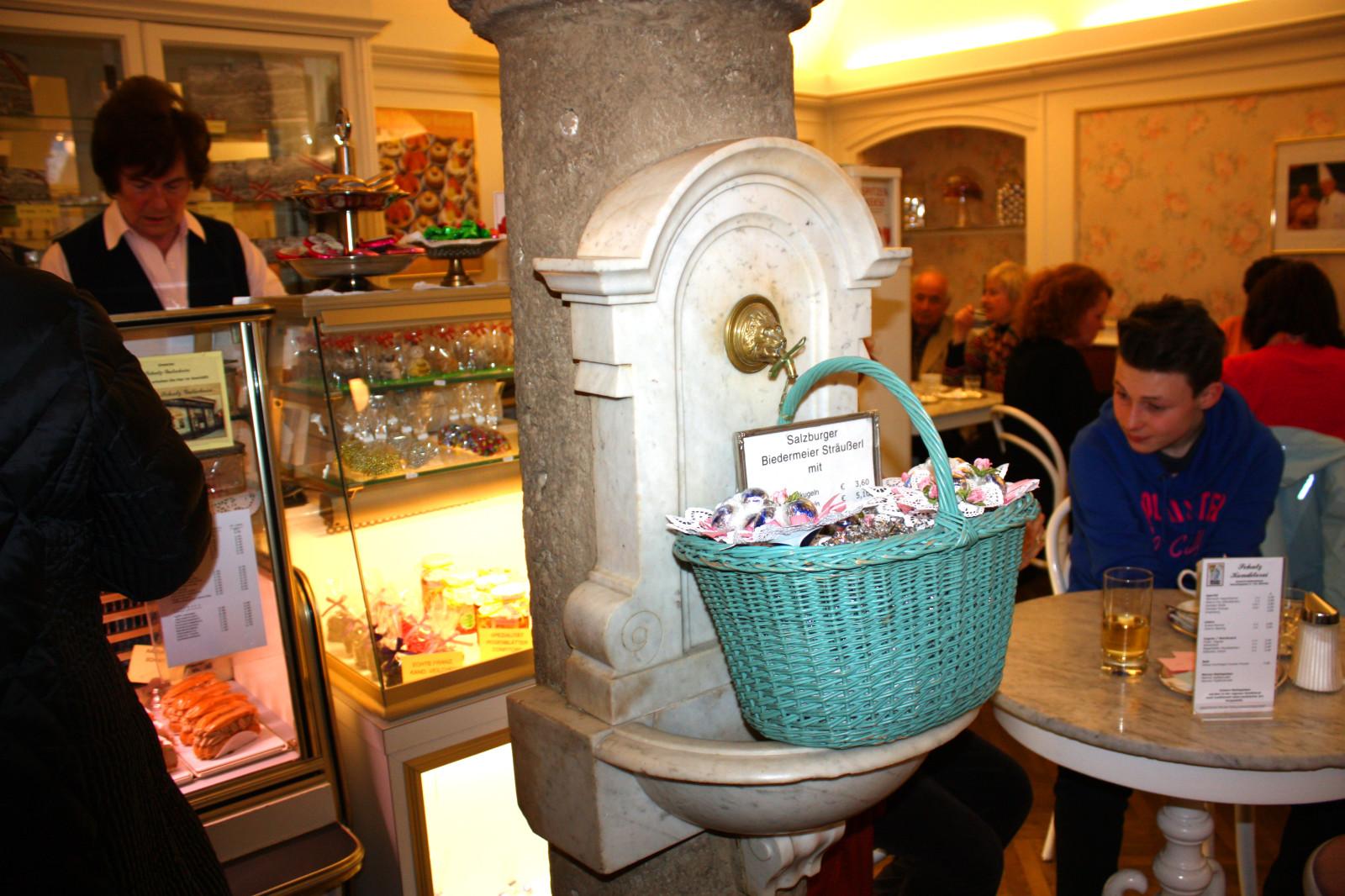 Mitten im Café steht eine Säule