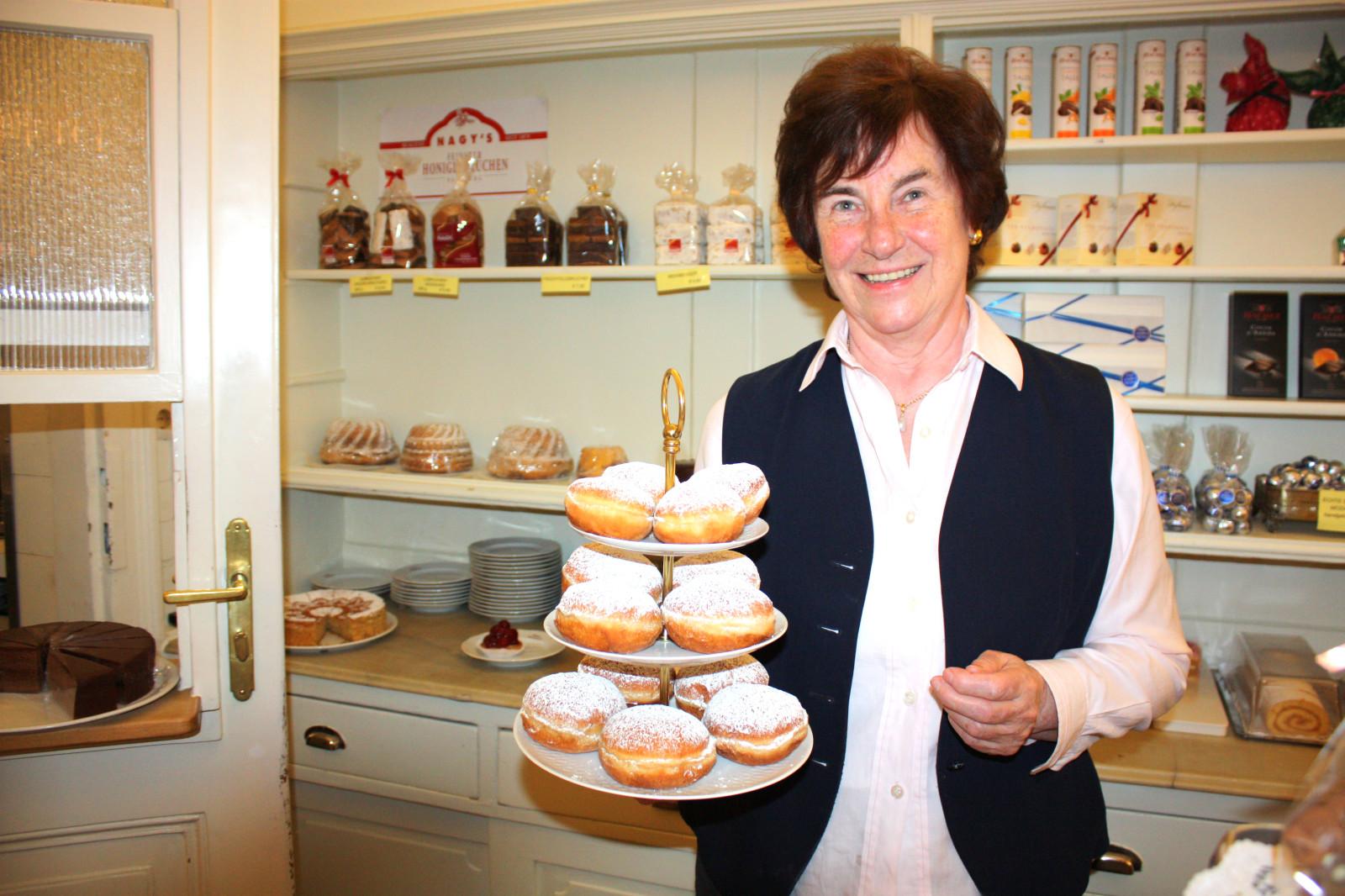 Helene Winkler mit hausgemachten Krapfen