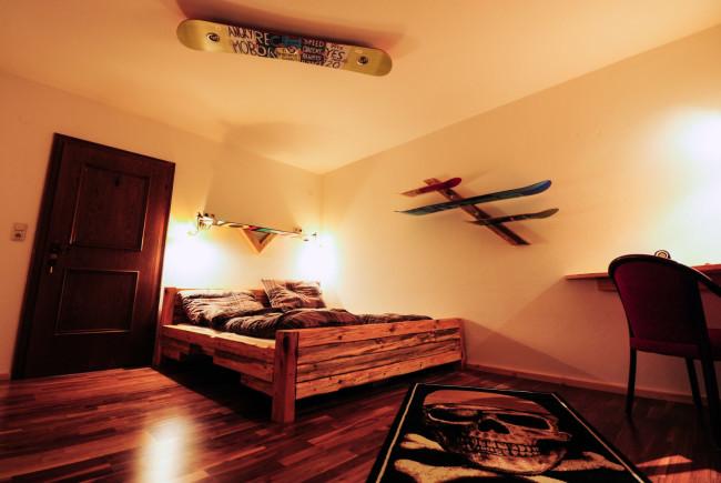 Die Betten der Doppelzimmer wurden selbst gezimmert.