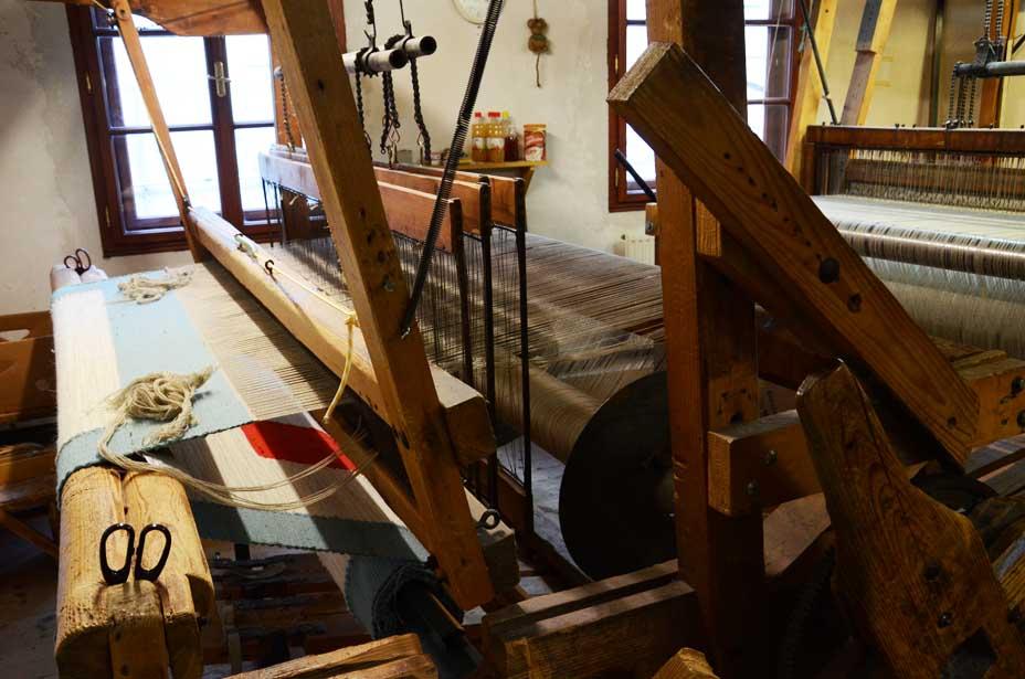 Handwebstuhl mit Schafwollteppich