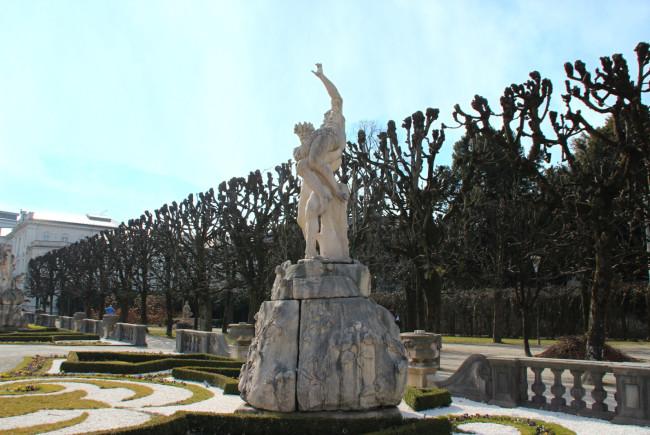 Kämpfende Götter rund um die Große Fontäne: Hades entführt Persephone (Element Erde).