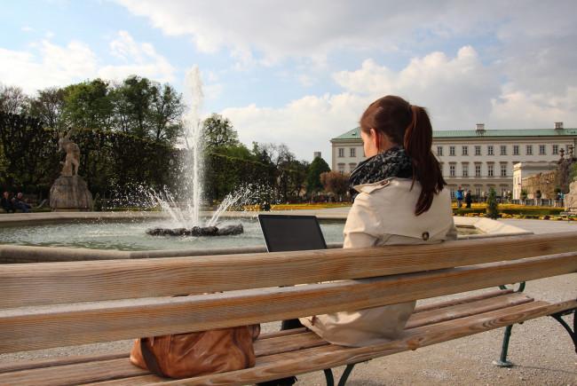 Entspannt und kostenlos surft man auch im Mirabellgarten.