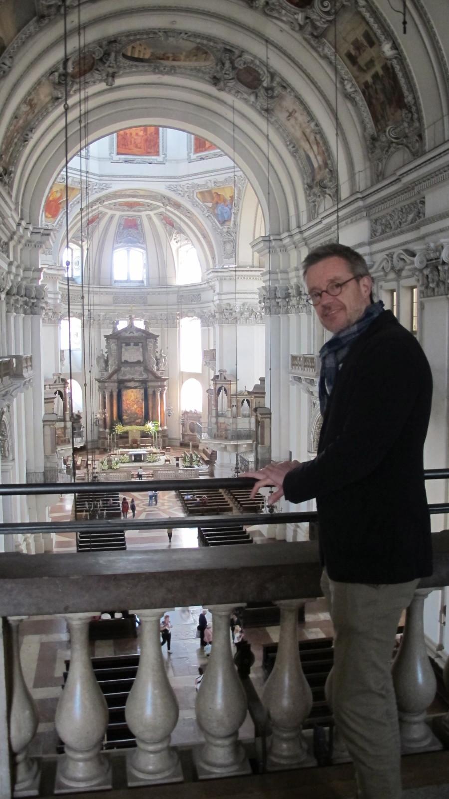 Dr. Peter Keller, Direktor des Dommuseums blickt von der Orgelempore hinunter in das Innere des Salzburger Doms
