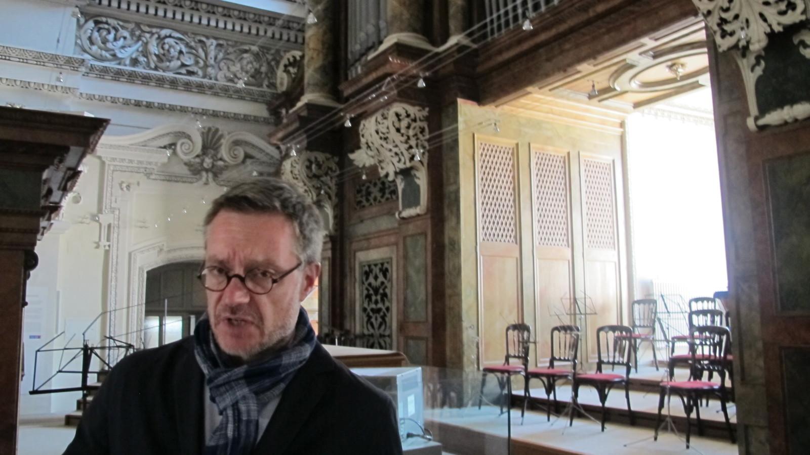 Dommuseumsdirektor mit umgebauter Orgelempore im Hintergrund