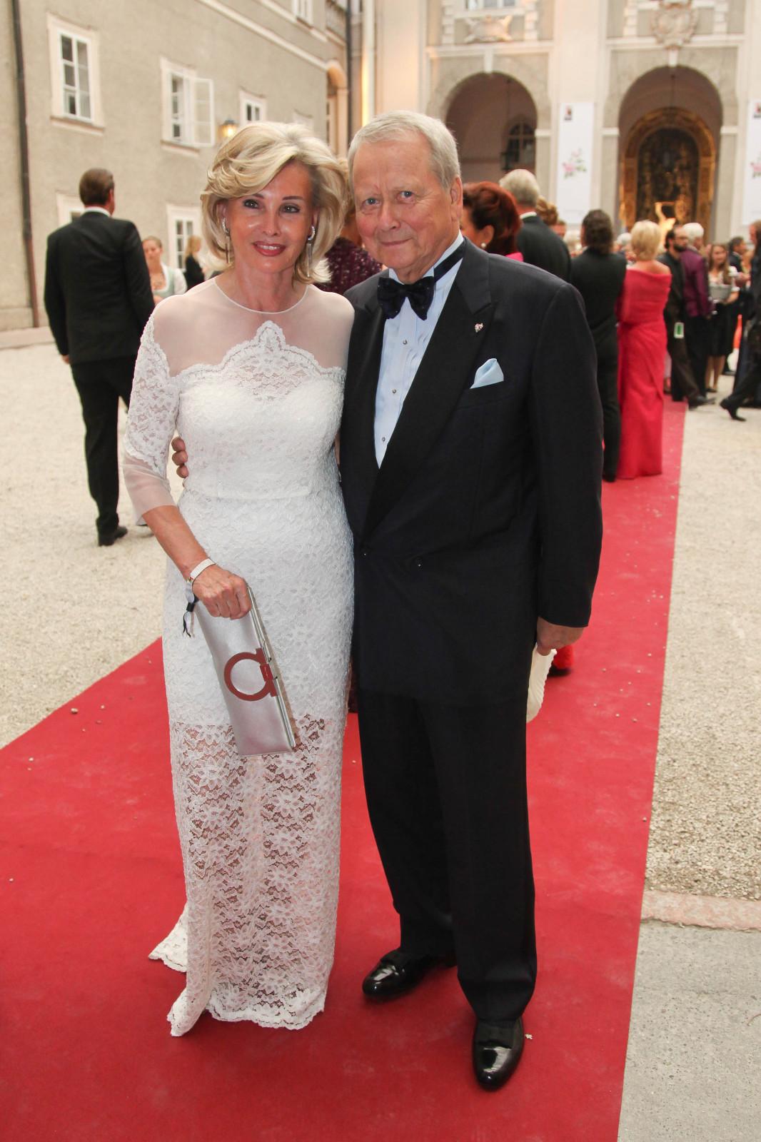 Claudia Hübner und Wolfgang Porsche am Red Carpet beim Festspielball