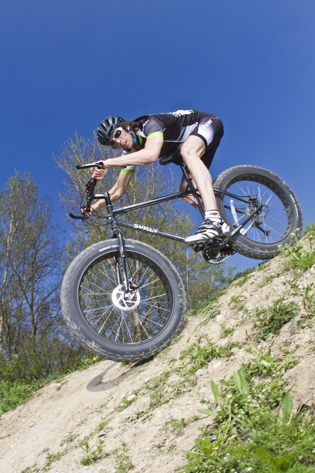 Über steile Kanten fährt man ohne Probleme bergab.