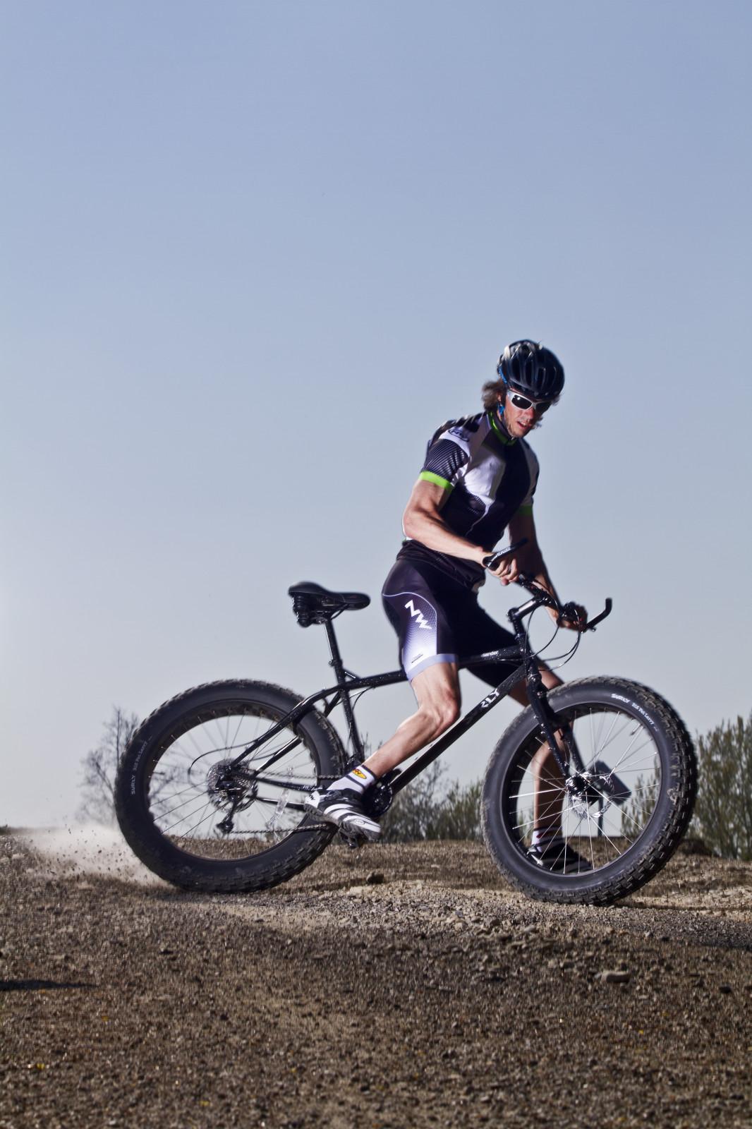 Auf Schotter zeigt das Bike seine Stärken.