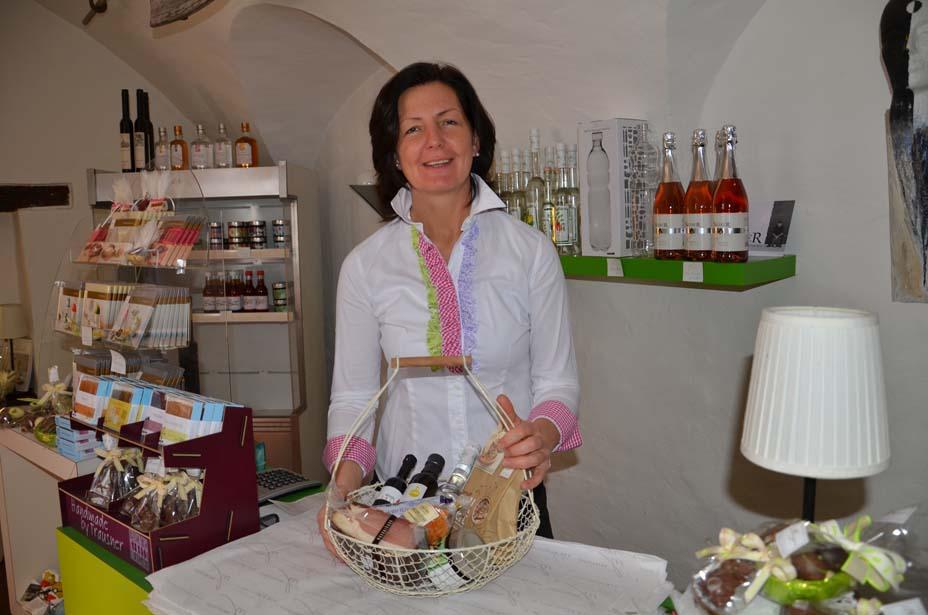 Maria Steffner mit Produkten aus dem Hausladen
