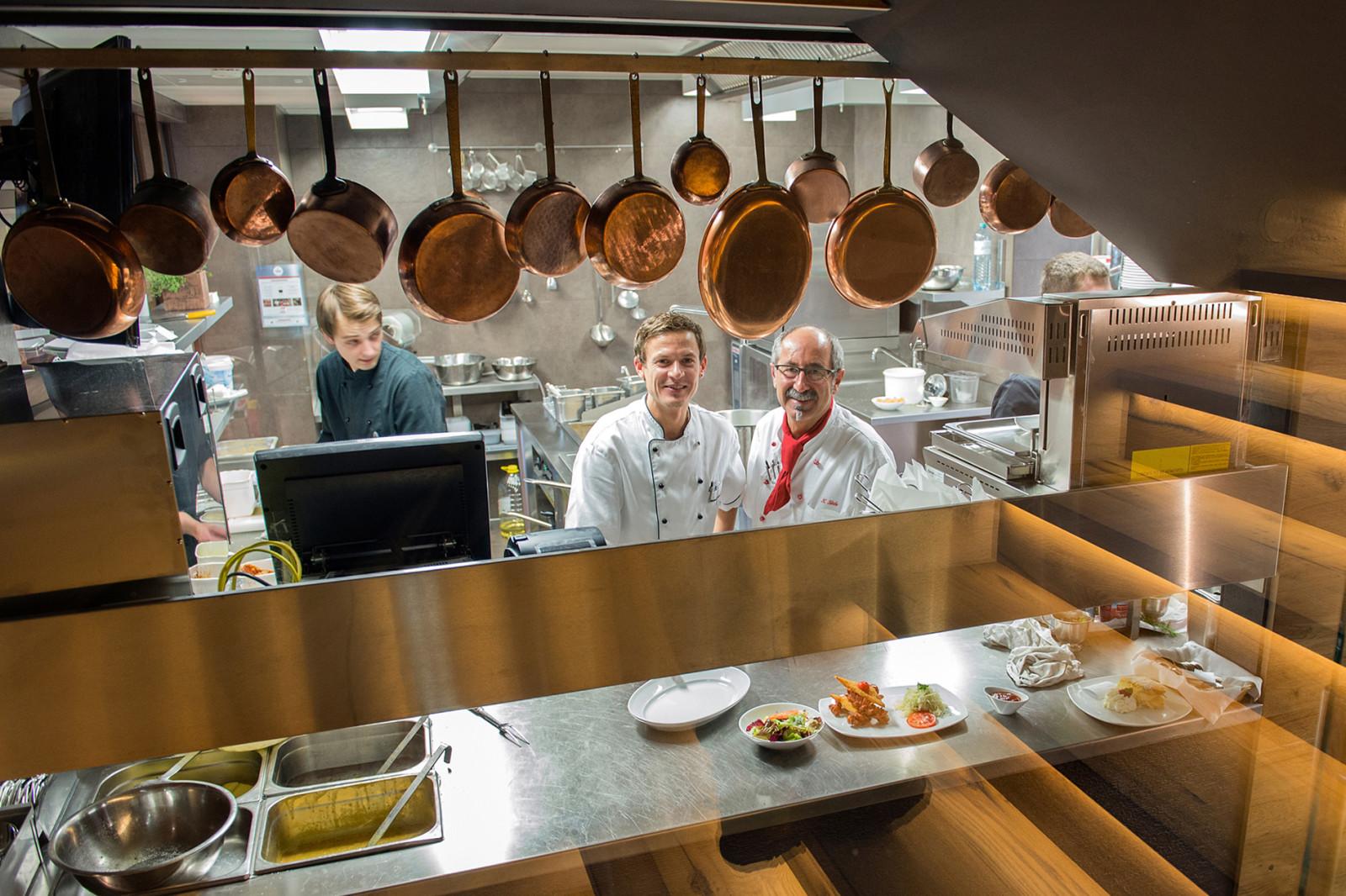 Küche mit Einblick - und freundlichen Gesichtern.