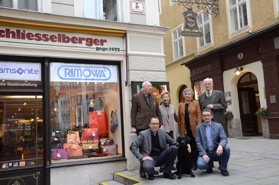 Familien Schliesselberger vor ihren Lederwaren-Geschäften