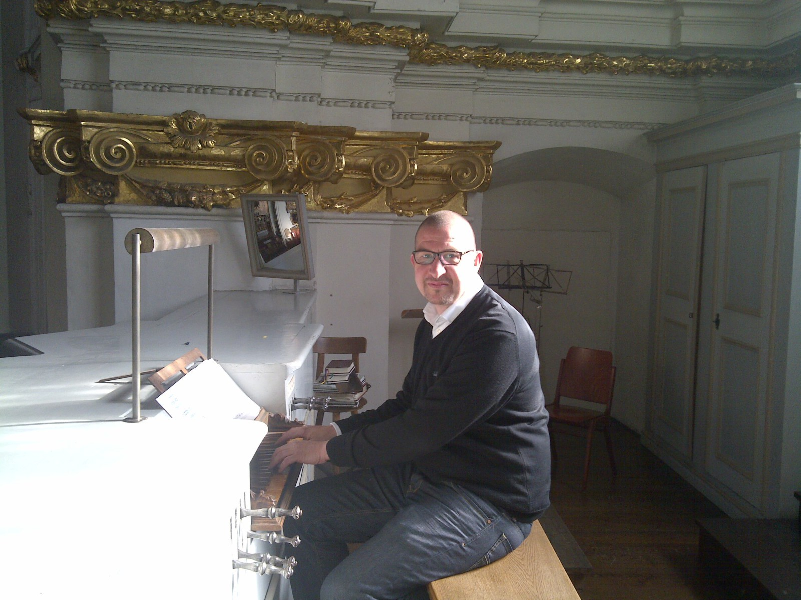 Armin Kircher an der ältesten, erhaltenen Orgel Salzburgs