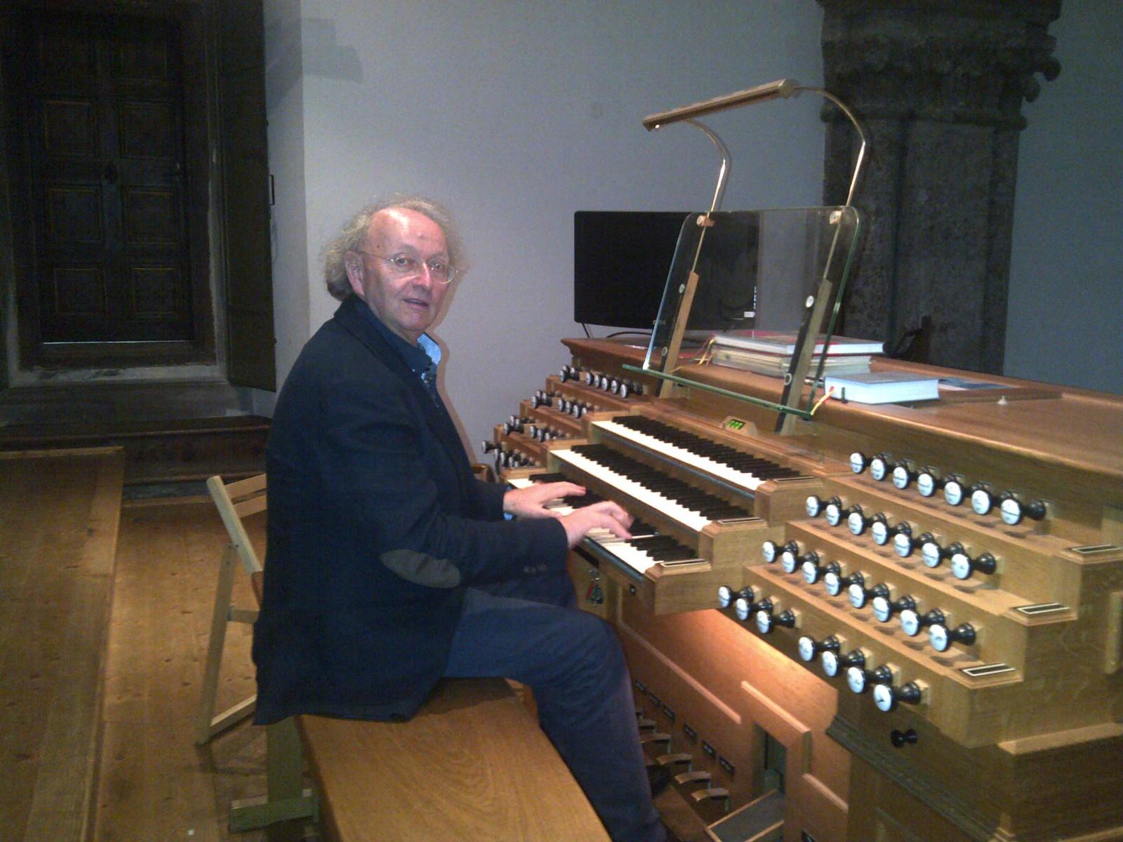 Bernhard Gfrerer an der Heilig-Geist-Orgel in der Franziskanerkirche