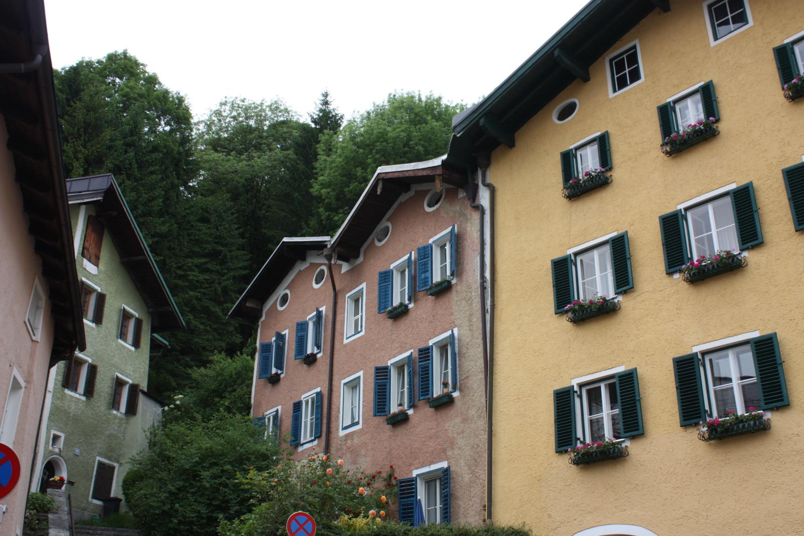 Häuser umgeben von Naturspektakel