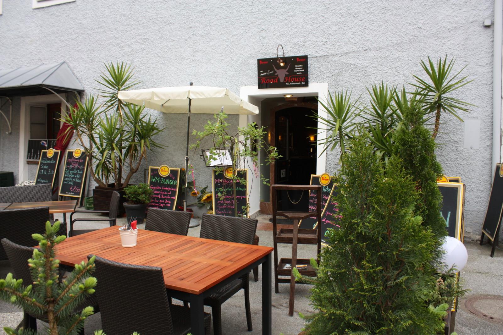 Gemütlicher Gastgarten im Road House XXL
