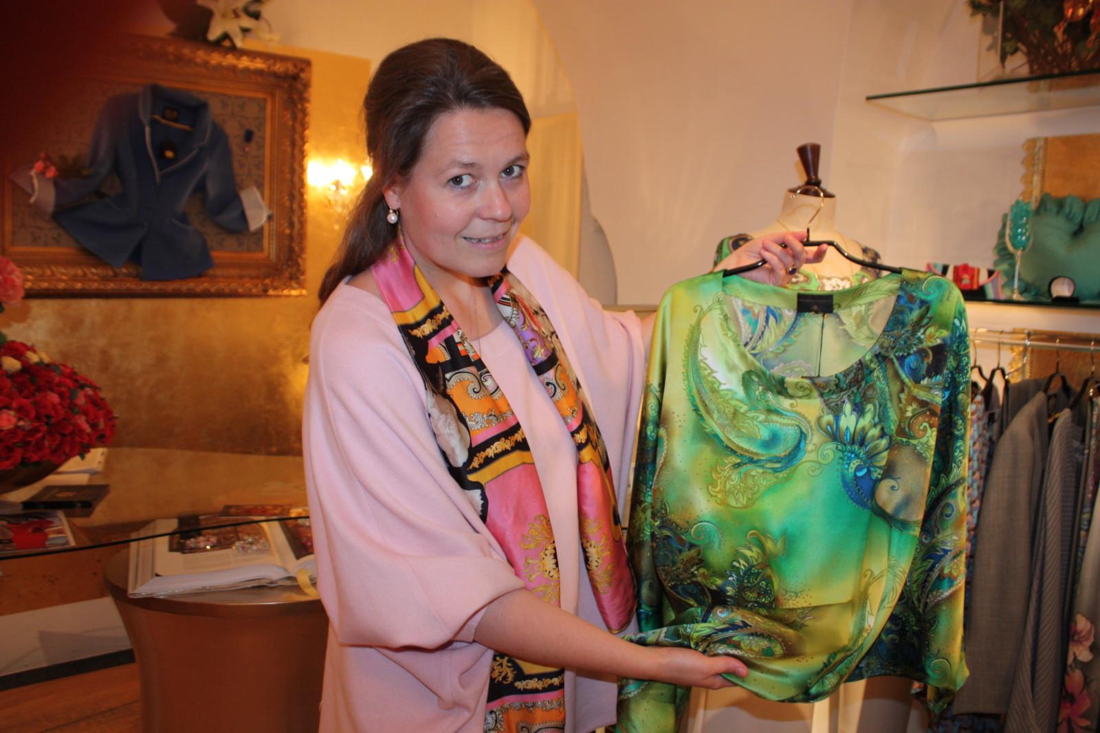Kaesbach präsentiert eine ihrer Blusen aus reiner Seide