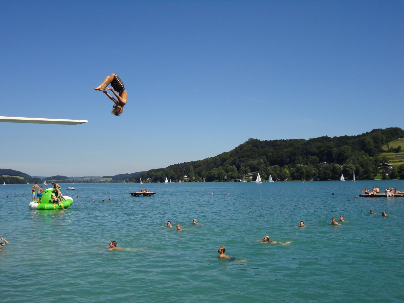Im Sommer lädt der Fuschlsee zu  Schwimmen und Springen ein.