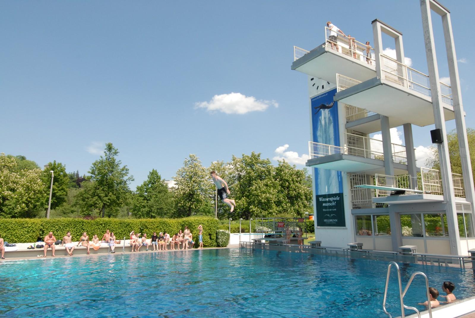 Auch Freibäder gibt es in Salzburg: Hier der Sprungturm im Leopoldskroner Freibad, Salzburg.
